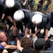 Police remove protesters, Plaça Catalunya